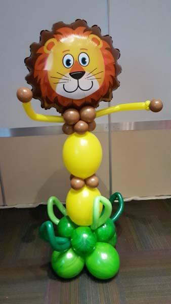 León con globos de helio