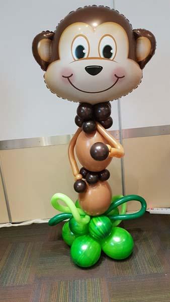 Mono hecho con globos de helio