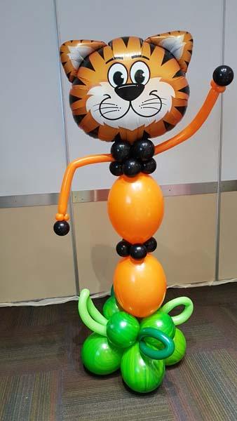Tigre hecho con globos de helio