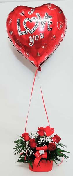 Cesta de rosas con globo de helio para regalo de San Valentín